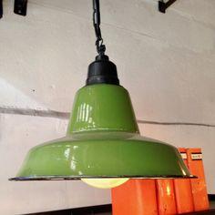 http://anciellitude.fr/wp-content/uploads/2017/04/IMG_2404-1.jpg - suspensions émaillées plates - http://anciellitude.fr/suspensions-emaillees-plates/ - #suspensionplate #vert #suspension #furniture #emaillee #architecture #mobilierindustriel #old #ancien #lampe #lamp #industrial #design #deco #vintage #anciellitude #pucesdesaintouen #parisfleamarket #marchepaulbert #paulbertserpette #allee1 #paris