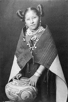 Native American Girl of the Hopi Tribe Native American Girls, Native American Beauty, Native American Photos, Native American Pottery, Native American Tribes, American Indian Art, Native American History, American Indians, American Symbols