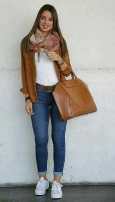 Para salir   Super cómoda.  Jeans, blusa blanca, tennis blancos y chaqueta color camello.  Acserios