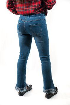 Jeans con cinturilla de goma y acabado acampanado con flecos. Un nuevo atuendo con el que sorprender. Lo puedes combinar con cualquier parte, y con unas buenas zapatillas o botas.