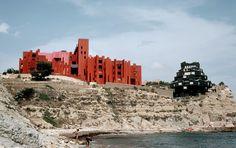Ricardo Bofill est un architecte espagnol connu en France pour les Espaces d'Abraxas à Noisy-le-Grand qui ont servis de décors au film Brazil ou pour le quartier d'Antigone à Montpelier. En 1973 il a conçut à Calp en Espagne, La Muralla Roja ( Le mur rouge ), un complexe de 50 appartements avec des escaliers …