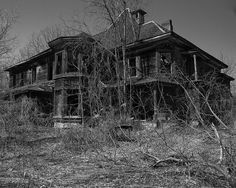 This House is Near Letchworth State Park in New York. Abandoned Property, Old Abandoned Houses, Abandoned Buildings, Abandoned Places, Old Houses, Creepy Houses, Spooky House, Haunted Houses, Old Mansions