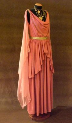 I would wear this! Greek Fashion, Roman Fashion, Greek Inspired Fashion, Ancient Greek Dress, Ancient Roman Clothing, Greek Goddess Dress, Roman Dress, Roman Clothes, Goddess Costume