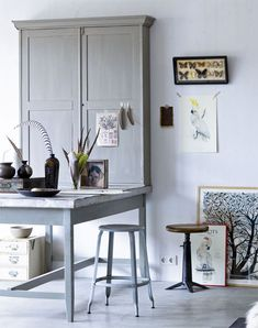Vintage style office area in grey and wood via vtwonen