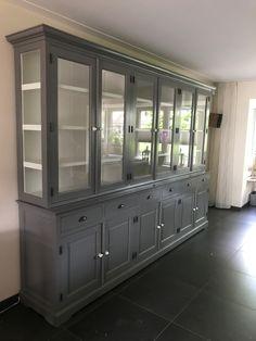 Grote XL buffetkast in grijs met witte binnenkant. De authentieke afwerking op deze landelijke kast met facetglas en zijkanten van de bovenkast ook van glas geven deze kast sfeervolle toevoeging aan je interieur.