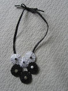 collier yoyos en noir et blanc