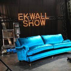 Blå Lejonet sammetssoffa. Howard, soffa, sammet, turkos, hjul mänssing, svängd, 3sits, patrick ekwall, ekwall show, möbler, möbel, inredning, vardagsrum.