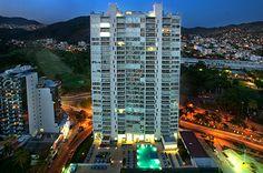 Acqualina Skylife por bgp arquitectura. Los departamentos se localizan en Acapulco, Guerrero, México, sobre la  Av. Costera Miguel Alemán. El proyecto consta de tres torres de departamentos de 80 metros, unidos en prismas rectangulares por piezas trapezoidales, para que al girar el eje de los prismas, se tenga la mejor vista al mar. Los volúmenes de las fachadas están cubiertos con vasos diferentes. http://www.podiomx.com/2012/07/acqualina-skylife-por-bgp-arquitectura.html