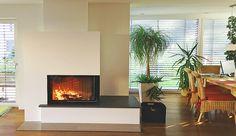 Wunderschöner 2-seitiger Heizkamin mit verlängertem Feuertisch.  #Fireplace #KaminModern #OfenModern www.ofenkunst.de