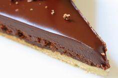 Ganache:  200 ml smotany na šľahanie 200 gramov horkej čokolády lyžicu pravého masla  Postup: Nechajte zovrieť smotanu na šľahanie za stáleho miešania a nalámte do nej horkú čokoládu. Odstavte z plameňa, vmiešajte lyžicu masla a všetko nechajte rozpustiť za občasného miešania.
