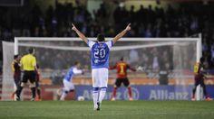 El jugador de la Real Sociedad, José Angel Valdés, festeja un gol de su equipo contra el Barcelona el sábado, 22 de febrero de 2014, en San ...