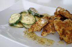 Fischstäbchen auf Zucchinisalat