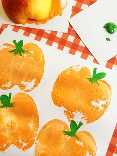 Easy Halloween crafts for preschoolers: DIY pumpkin stamps made from apples. Find the tutorial at Frugal Momeh
