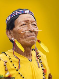 """Secoya man from Peru (from Fotopedia """"Memory of Colors"""" by Jaime Ocampo-Rangel) We Are The World, People Around The World, Wonders Of The World, Around The Worlds, Cultures Du Monde, World Cultures, Pintura Tribal, Beautiful World, Beautiful People"""