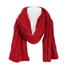 Der rote Grobstrick-Schal in Zopfmuster Optik hält Sie während kalter Herbst- und Wintertage warm.
