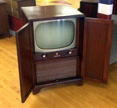 Antique/Vintage Zenith Console Television Set with closing cabinet Vintage Television, Television Set, Old Tv Consoles, Media Consoles, Tv Storage, Record Storage, Tvs, Art Deco Artists, Pallet Tv Stands