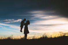 Silhueta da matriz que joga com o filho no prado Foto gratuita