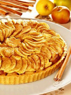 Tart cream and apple cinnamon - Crostata di crema e mele alla cannella Una meraviglia per gli occhi e una festa per il palato. La Crostata di crema e mele alla cannella è ideale per due chiacchere davanti a un buon tè. #crostataallemele #tortadimele #crostataallacrema