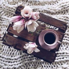 Image about flowers in coffee lover by lama on We Heart It Coffee And Books, I Love Coffee, My Coffee, Morning Coffee, Coffee Break, Morning Morning, Flat Lay Photography, Coffee Photography, Coffee Cafe