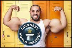 El hombre con los bíceps más grandes del mundo