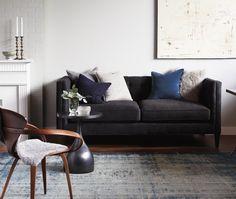 In dit klassieke interieur wordt de gladde, harde textuur op de lichte wand, gecombineerd met zachte texturen in de bekleding van de meubels  en het tapijt. Hierdoor ontstaat toch een 'eigentijds' interieur.