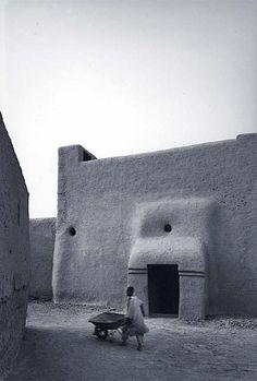 James Morris es un fotógrafo británico con una especialización en arquitectura y paisajes culturales. Su trabajo le ha llevado por toda Europa, América del Norte, Egipto, Yemen, Marruecos y el África occidental.