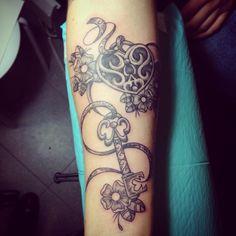 tattoo perlenkette mit rosen arm tattoos pinterest. Black Bedroom Furniture Sets. Home Design Ideas