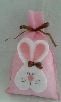 saquinho para bis em feltro - Pesquisa Google Baby Crafts, Felt Crafts, Easter Crafts, Holiday Crafts, Diy And Crafts, Easter Gift, Happy Easter, Easter Bunny, Mini Gift Bags