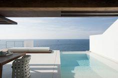 Una casa en Ibiza. Dupli Dos, de Juma Architects. Foto: Verne #porches #casasmodernas #casas #diseño #exteriores #piscina