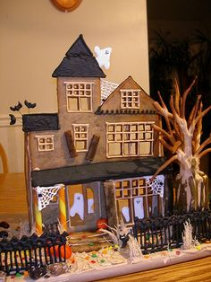 I've never thought about doing this. A Halloween ginger bread house. So cute - maybe next year Halloween Gingerbread House, Gingerbread House Kits, Halloween Haunted Houses, Halloween House, Gingerbread Man, Spooky Halloween, Happy Halloween, Halloween Goodies, Halloween Snacks