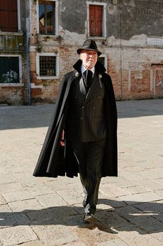 The cloaks by Sandro Zara, creator of Tabarrificio Veneto, will walk the catwalk for Venice Fashion Week at the Splendid Venice Hotel. Fashion Art, Mens Fashion, Fashion Outfits, Fashion Design, Mens Cape, Wedding Cape, Elegant Man, Cool Style, My Style