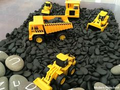 Construction zone simple sensory bin - perfect for toddlers and preschoolers who love construction trucks and playing in rocks! Great for a transportation or construction theme. Baby Sensory Play, Sensory Art, Sensory Boxes, Sensory Table, Toddler Learning, Toddler Preschool, Toddler Play, Sensory Activities For Preschoolers, Brain Activities