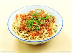 Ever wonder what makes up a traditional Chinese breakfast? Here's what Chinese people eat for their morning meal. Chinese Breakfast, People Eating, Wuhan, Morning Food, Traditional Chinese, Spaghetti, Meals, Ethnic Recipes, China