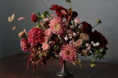 Gardening Autumn - Amy Merrick, une styliste et designer florale très talentueuse - With the arrival of rains and falling temperatures autumn is a perfect opportunity to make new plantations Fall Flowers, Love Flowers, Wedding Flowers, Wedding Colors, Wedding Bouquets, Flower Colors, Burgundy Flowers, Design Floral, Deco Floral