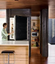 kühlschrank verstecken holz platten küche landhausstil