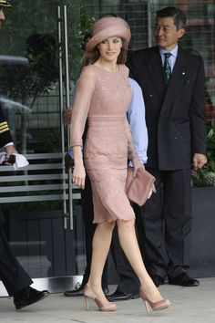 Princess Letizia of Spain (Royal Wedding of Prince William and Kate Middleton) Lovely Dresses, Dresses For Work, Formal Dresses, Pink Dress, Lace Dress, Dress Shoes, Looks Kate Middleton, Spanish Fashion, Royal Clothing