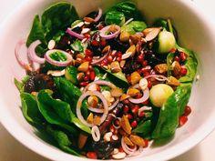 Her til aften har menuen stået på andebryst med en lækker spinat- og rødbedesalat samt smørstegte kartofler. MUMS! Det er jo Mortensaften i morgen, men der er hverken min kæreste eller jeg hjemme, så vi måtte have anden i dag. Ingredienser 2 andebryster Salat: 200 g rødbeder 1 granatæble 1/2 agurk 1 rødløg 1 dl …
