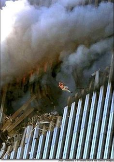 ~ A man leaps to his death from a fire + smoke filled North Tower of the World Trade Center, on September 2001 in New York City after terrorists crashed two hijacked passenger planes into the twin towers. World Trade Center, Trade Centre, We Will Never Forget, Lest We Forget, Don't Forget, Photo Choc, Moslem, Historia Universal, 11. September