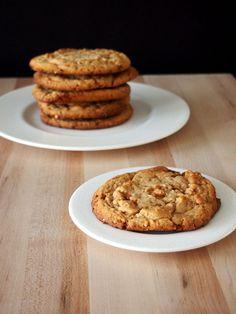 Momofuku Peanut Butter Cookies w/ peanut brittle Cookie Pie, Biscuit Cookies, Cookie Desserts, Cookie Recipes, Dessert Recipes, Cat Cookies, Dessert Bars, Drink Recipes, Momofuku Recipes