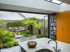 Diseño de jardín urbano pequeño con asientos y una exuberante plantación