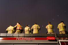 Sonntag, 09.11., 19:50 Uhr – Tiergarten, Spreeufer: Die Jungs der Feuerwehr auf VIP-Plätzen zum Fotografieren der aufsteigenden Lichtballons. © Synke Nepolsky