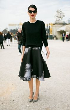 Street Style - Leila Yvari looking completely stunning in the Tuileries. Quirky Fashion, Only Fashion, Fashion Looks, Womens Fashion, Fit And Flare Rock, Fit And Flare Skirt, Leila Yavari, Mode Inspiration, Fashion Inspiration