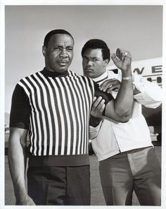 Former and future heavyweight champions Sonny Liston and George Foreman meet at McCarren Airport in Las Vegas. Two heavy hitters undone by the wit of The Greatest! Mike Tyson, Muhammad Ali, Max Schmeling, Boxing Images, Afro, Professional Boxing, Boxing History, Boxing Champions, Sport Icon