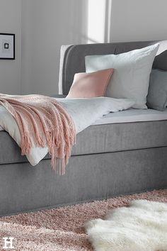 """Rosa und grau passen so toll zum, um und auf unser Boxspringbett """"Boxi""""! #meinhöffi   #höffner #hoeffner #wohnen #möbel #wohnraum #wohndesign #wohnidee #boxspringbett Diy Home Decor, Lounge, Couch, Blanket, Furniture, Pink, Chair, Pillows & Throws, Mattress"""