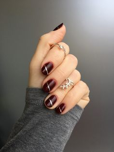 Discover three ways to update burgundy nails. #beauty #belleza #beautyblog #nails #uñas #nailart #ideasuñas #burgundynails #uñasburdeos #burgundynailart #essie #essiegelcouture #essiespikedwithstyle
