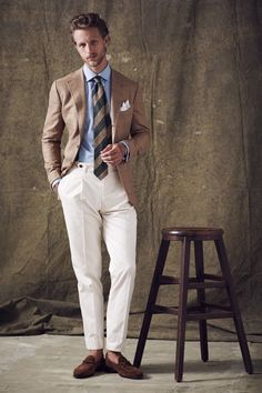 One great thing about men's fashion is that while most trends come and go, men's wear remains stylish and classy. However, for you to remain stylish, there are men's fashion tips you need to observe. Der Gentleman, Gentleman Style, Mens Fashion Suits, Mens Suits, Style Costume Homme, Moda Men, Cream Trousers, White Trousers, Gilet Costume