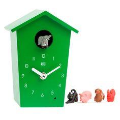 Moderno reloj de cuco infantil. Cada hora aparece el animal que hayamos seleccionado a recordarnos la hora con su sonido característico. Grabaciones originales. Con sensor de luz para que no nos molesten por la noche.