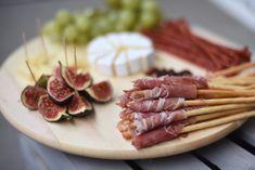 przekąski na imprezę domową | | Fashionelka.pl Party Finger Foods, Tasty Dishes, Sausage, Food And Drink, Snacks, Meat, Cooking, 25th Birthday, Food Ideas