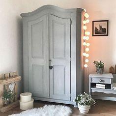 Ein wundervoller Bauernschrank - wundervoll geschmückt mit unserer good moods Lichterkette! Danke liebe Jana von @ja_ma_bu ! #goodmoods #schrank #flur #iic #bauernschrank #grey #grau #scandi #home #zuhause #lovely #colors #light #stringlight #lichterkette #hygge #hyggelig #kitchcanmakeyourich #hyggehome