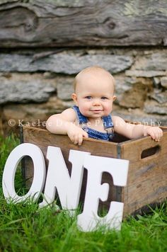Simple one year old picture idea. I love baby pictures 1 Year Pictures, First Year Photos, Boy Pictures, Boy Photos, One Year Birthday, Baby 1st Birthday, 1st Year, Birthday Ideas, Birthday Photography